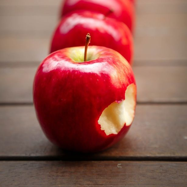 apples-fruit-red-juicy-39028